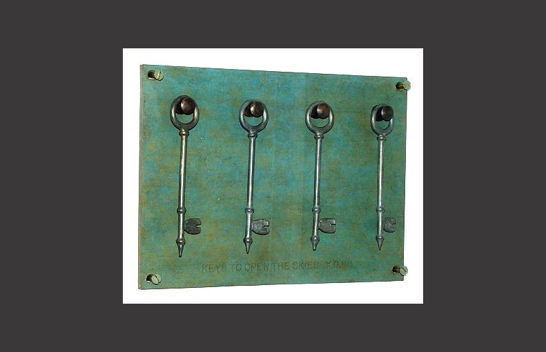 YOKO ONO. Keys to open the skies 1988. Bronce. 25 x 18 x 2 cm. Pieza única.